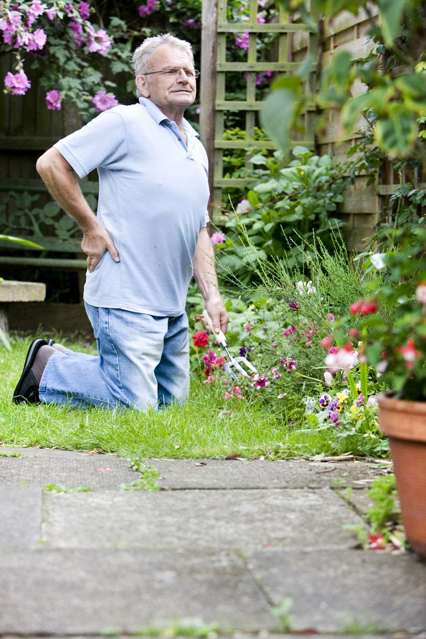 jardin avec personne agée